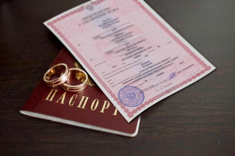 Основной причиной для изменения фамилии является заключение брака